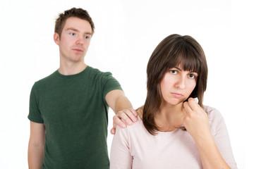 Mann entschuldigt sich bei seiner traurigen Freundin