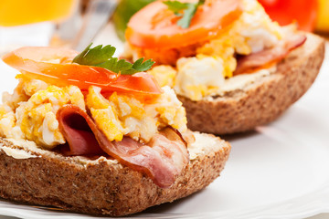 Sandwich with scrambled eggs and bacon