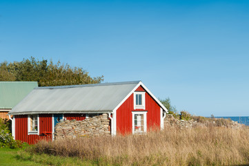 Rotes Holzhaus an der schwedischen Ostseeküste