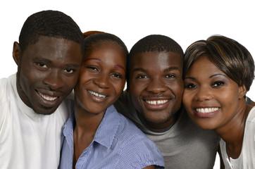 Vier afrikanische Freunde lächeln
