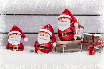 weihnachtsmänner im schnee