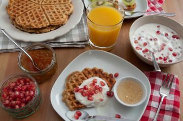 Vollkorn Waffeln mit Obst zum Frühstück