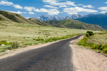 Fototapete - Asphalt road in Tien Shan mountains