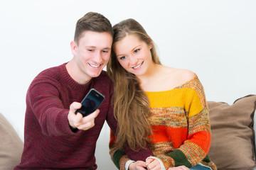 paar macht selbstportrait mit dem smartphone