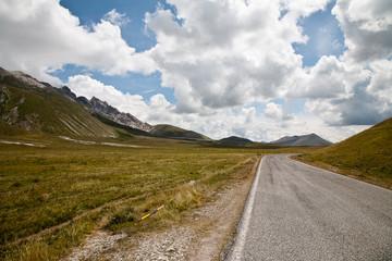 vallata e strada  montagna italia