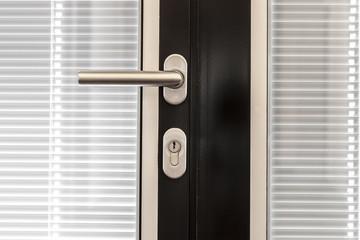 Tür mit Glaseinsatz und Schalousie