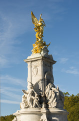Fototapete - Statue in front of the Buckingham palace