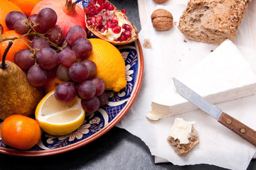 Brie cheese with bread and fruits