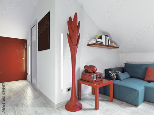 moderno soggiorno con divano blu\