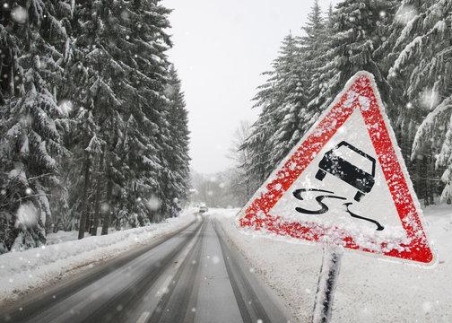 warnschild warnt vor rutschgefahr