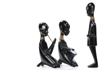 afrikanische Holzfiguren isoliert auf weißem Hintergrund