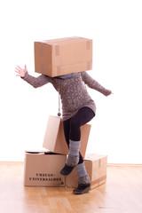 Frau mit Karton auf dem Kopf