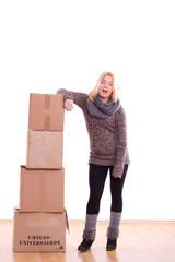 Frau ist vom Kisten tragen erledigt