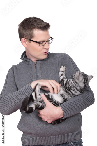 single mann mit katze Vor ihm liegen die reste seines hauses er geht an krücken doch die katze auf seinem arm hält er fest umschlossen: das foto des.