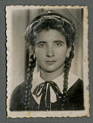 - Portrait - CIRCA 1940 - An unidentified young woman