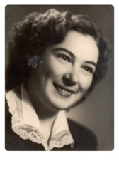 - portrait - Circa 1945 - An unidentified young woman