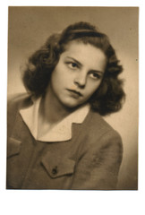 - portrait - Circa 1950 - An unidentified young woman