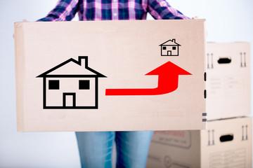 Frau trägt eine Kiste