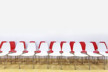 Stuhlreihe mit roten und weißen Stuehlen