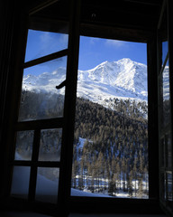 Fototapete - Winter scenery outside Alpine chalet