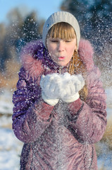 The girl inflates snow.