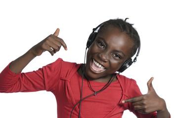 Afrikanisches Maedchen mit Kopfhoerer hrt Musik