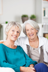 zwei ältere damen auf dem sofa