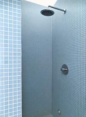 doccia in muratura nel bagno moderno