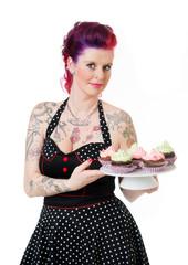 Lächelnde Frau mit köstlichen Cupcakes
