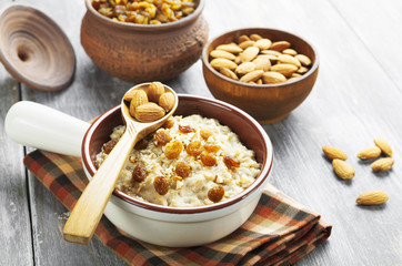 Oatmeal with almonds and raisins
