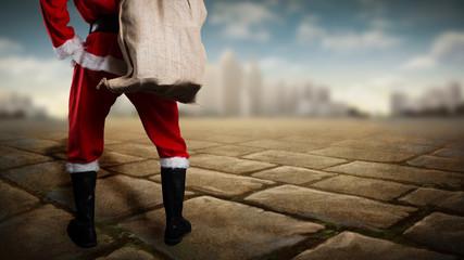 Weihnachtsmann steht vor einer Stadt