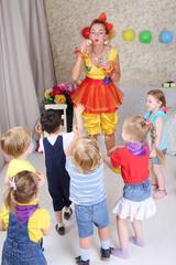 Six kids catch soap bubbles, which lets funny entertainer