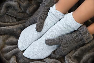 Pieds en chaussettes dans une couverture