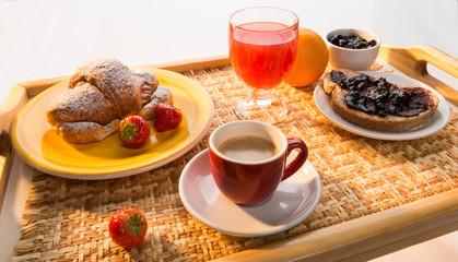 Cerca immagini colazione a letto - Vassoio colazione letto ...