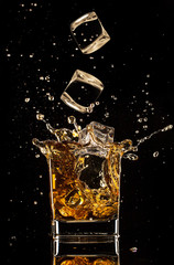 Poster de jardin Bar Splashing whiskey