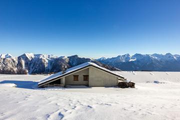 Wall Mural - Casa vacanze in montagna con neve
