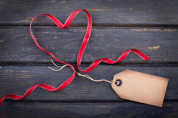 rotes Schleifband-Herz mit Anhänger