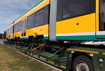 Schwerlasttransport einer Straßenbahn