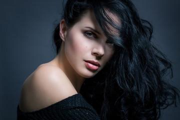 dunkelhaarige attraktive junge frau mit dunklen langen haaren
