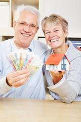 Familie mit Geld und Haus