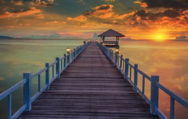 Fototapeta Drewniany most w pięknej scenerii zachodzącego słońca obraz