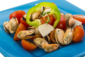 Salad with mussels and tomato