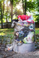 Voller Mülleimer – Mülltonne überfüllt im Stadtpark