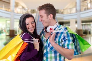 Junges Paar hat Spaß beim Einkaufen in Shopping Mall