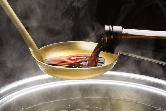 鍋にそそぐ醤油