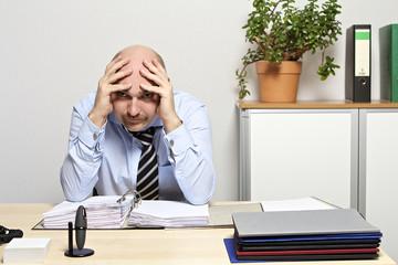 Geschäftsmann ist empört, frustriert & verzweifelt. Nahaufnahme