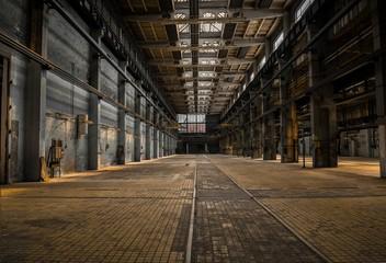Autocollant pour porte Les vieux bâtiments abandonnés Large industrial hall of a repair station