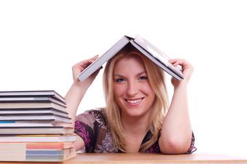 fröhlich lächelnde junge Frau beim lernen am Tisch