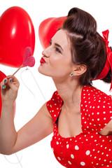 junge attraktive frau mit roten lippen und kleid mit herz luftba