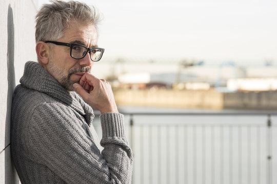 älterer Mann mit brille schat nachdenklich